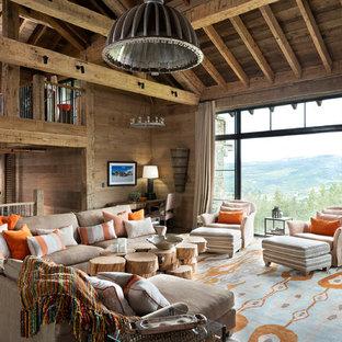 Foto på ett mycket stort rustikt allrum med öppen planlösning, med bruna väggar, mellanmörkt trägolv och brunt golv
