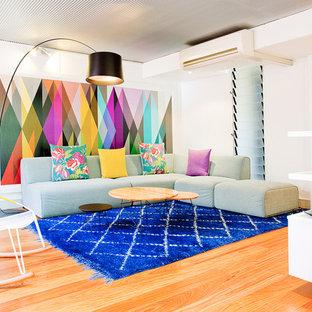 Esempio di un soggiorno design di medie dimensioni con pareti bianche e parquet chiaro