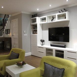 モントリオールの中くらいのコンテンポラリースタイルのおしゃれなオープンリビング (グレーの壁、濃色無垢フローリング、コーナー設置型暖炉、石材の暖炉まわり、壁掛け型テレビ、茶色い床) の写真