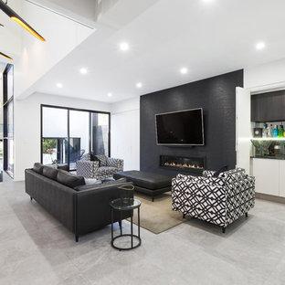 シドニーの大きいコンテンポラリースタイルのおしゃれなファミリールーム (白い壁、磁器タイルの床、横長型暖炉、タイルの暖炉まわり、壁掛け型テレビ、グレーの床) の写真