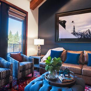 他の地域の中サイズのラスティックスタイルのおしゃれなファミリールーム (青い壁、カーペット敷き、標準型暖炉、石材の暖炉まわり、壁掛け型テレビ、マルチカラーの床) の写真