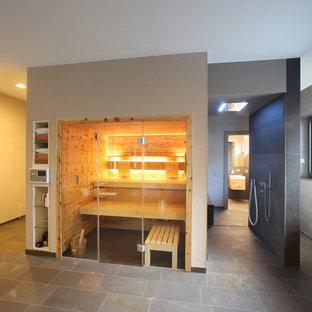 Immagine di un'ampia palestra multiuso design con pareti beige, pavimento in mattoni e pavimento beige