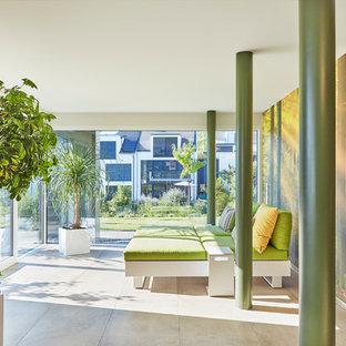 Esempio di una palestra in casa minimalista di medie dimensioni con pareti bianche, pavimento con piastrelle in ceramica e pavimento beige