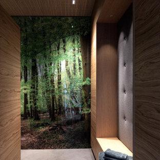 Großer Moderner Fitnessraum mit Keramikboden, grauem Boden und Holzdecke in Sonstige