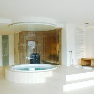 Esempio di una grande palestra multiuso minimalista con pareti bianche, pavimento bianco e pavimento in gres porcellanato