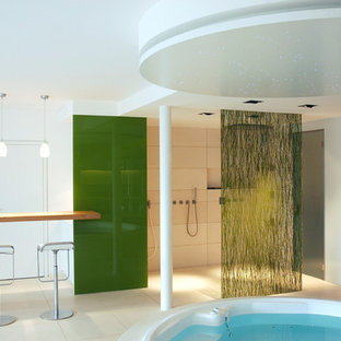 Idee per una grande palestra multiuso moderna con pareti bianche, pavimento in gres porcellanato e pavimento bianco