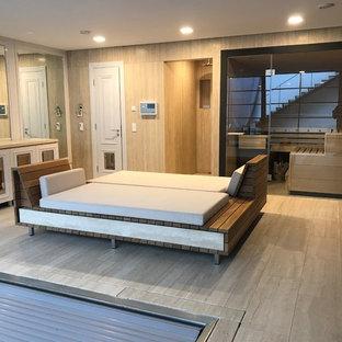 Multifunktionaler, Großer Klassischer Fitnessraum mit beiger Wandfarbe, Travertin und beigem Boden in Frankfurt am Main