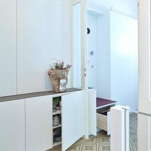 Пример оригинального дизайна: большой коридор в классическом стиле с белыми стенами, полом из керамической плитки и зеленым полом