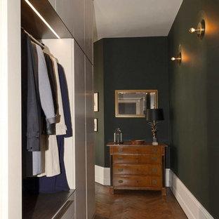 Ispirazione per un ingresso o corridoio bohémian di medie dimensioni con parquet scuro e pareti verdi