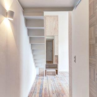 Свежая идея для дизайна: коридор в современном стиле с белыми стенами и светлым паркетным полом - отличное фото интерьера