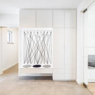 Mittelgroßer Moderner Flur mit weißer Wandfarbe und beigem Boden in Sonstige