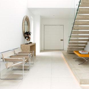 Großer Moderner Flur mit weißer Wandfarbe und weißem Boden in Hamburg