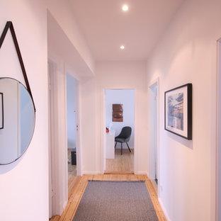 Неиссякаемый источник вдохновения для домашнего уюта: маленький коридор в современном стиле с белыми стенами, паркетным полом среднего тона и коричневым полом