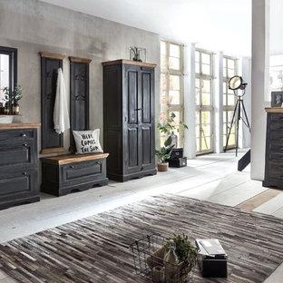 Mittelgroßer Shabby-Style Flur mit grauer Wandfarbe, hellem Holzboden und grauem Boden in Düsseldorf