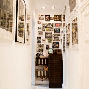 Diseño de recibidores y pasillos bohemios, pequeños, con paredes blancas y suelo de madera clara
