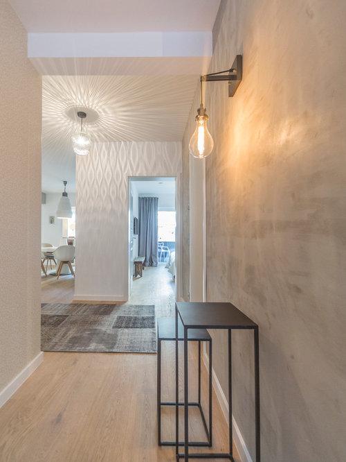Mittelgroßer Moderner Flur Mit Grauer Wandfarbe Und Braunem Holzboden In  Berlin