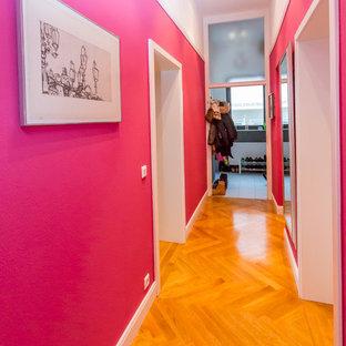 Foto på en funkis hall, med rosa väggar