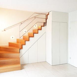 Новый формат декора квартиры: большой коридор в современном стиле с белыми стенами и полом из терраццо