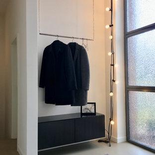 Идея дизайна: маленький коридор в современном стиле с белыми стенами, полом из винила и серым полом