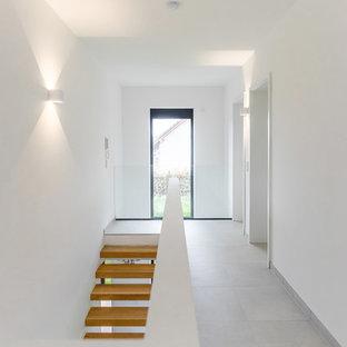 Mittelgroßer Moderner Flur mit weißer Wandfarbe, Keramikboden und weißem Boden in Sonstige