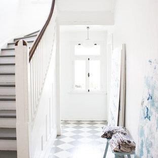 ハンブルクのエクレクティックスタイルのおしゃれな廊下 (白い壁、塗装フローリング) の写真