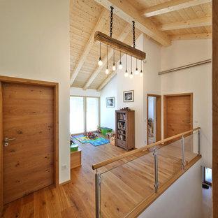 Inspiration för mellanstora moderna hallar, med vita väggar, mörkt trägolv och brunt golv