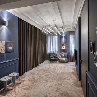 Großer Klassischer Flur mit blauer Wandfarbe, Teppichboden und beigem Boden in Nürnberg
