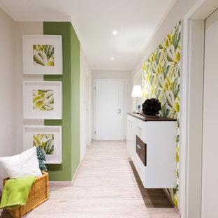 Exotisk inredning av en liten hall, med ljust trägolv, beiget golv och flerfärgade väggar