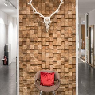 Bild på en mellanstor funkis hall, med vita väggar, mellanmörkt trägolv och brunt golv