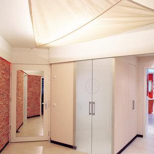 Aménagement d'un couloir contemporain de taille moyenne avec un mur blanc, un sol en linoléum et un sol beige.