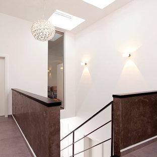 Источник вдохновения для домашнего уюта: огромный коридор в современном стиле с белыми стенами