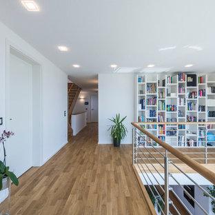 Großer Moderner Flur Mit Weißer Wandfarbe Und Hellem Holzboden