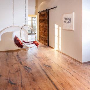 Foto di un ingresso o corridoio country di medie dimensioni con pareti bianche e pavimento in legno massello medio