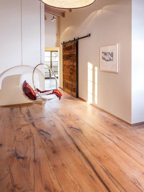 Mittelgroßer Landhaus Flur Mit Weißer Wandfarbe Und Braunem Holzboden In  München