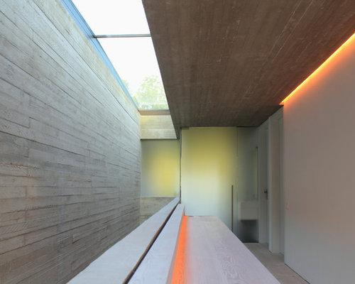 Inspiration Für Große Moderne Flure Mit Grauer Wandfarbe Und Hellem  Holzboden In Hannover
