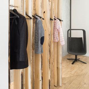 Пример оригинального дизайна: коридор в стиле модернизм с белыми стенами и полом из линолеума