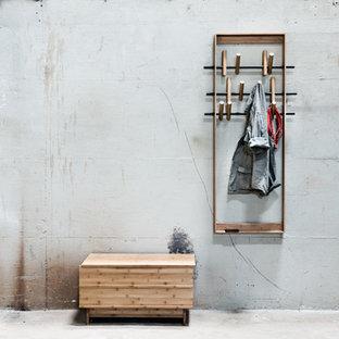 Industriell inredning av en mellanstor hall, med bruna väggar och ljust trägolv