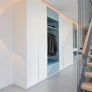 На фото: коридоры среднего размера в современном стиле с белыми стенами, полом из винила и серым полом