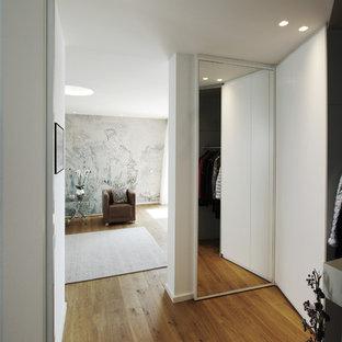 Mittelgroßer Moderner Flur Mit Weißer Wandfarbe Und Braunem Holzboden In  Sonstige