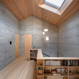 Industrial Flur mit grauer Wandfarbe, hellem Holzboden und beigem Boden in München