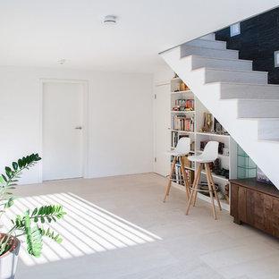 Großer Moderner Flur mit weißer Wandfarbe und beigem Boden in Stuttgart