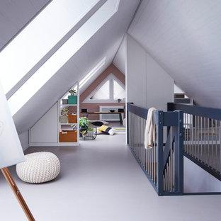 Großer Moderner Flur mit weißer Wandfarbe, Betonboden und grauem Boden in Sonstige