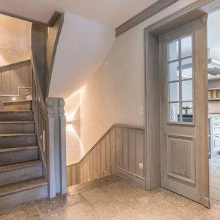 Inredning av en lantlig liten hall, med beige väggar, skiffergolv och beiget golv