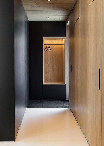 Modern Flur by Robert Maier Architekten