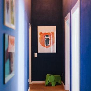 ベルリンの小さいエクレクティックスタイルのおしゃれな廊下 (青い壁、淡色無垢フローリング) の写真