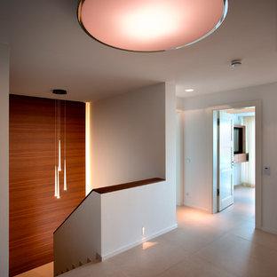 Inspiration för en mellanstor funkis hall, med vita väggar, klinkergolv i porslin och beiget golv