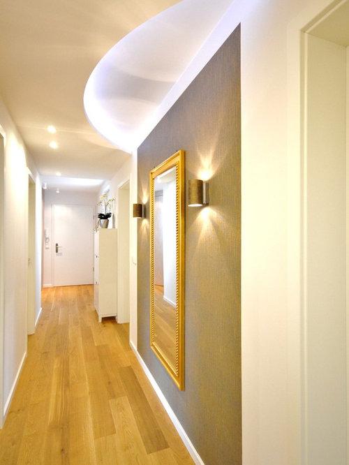Perfekt Mittelgroßer Moderner Flur Mit Braunem Holzboden Und Weißer Wandfarbe In  Bremen