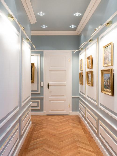 Mittelgroßer Klassischer Flur Mit Blauer Wandfarbe, Braunem Holzboden Und  Braunem Boden In Hamburg