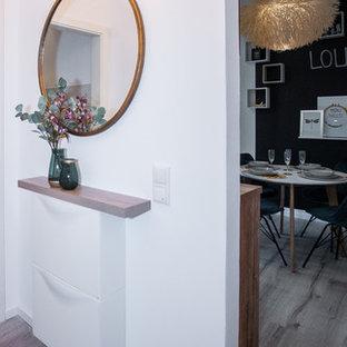 ケルンの小さいコンテンポラリースタイルのおしゃれな廊下 (黒い壁、ラミネートの床、茶色い床) の写真