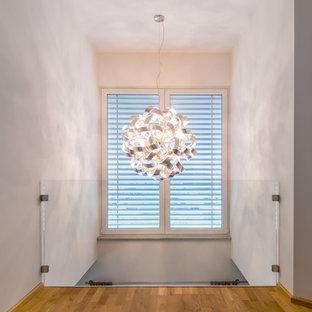 Новый формат декора квартиры: коридор среднего размера в современном стиле с бежевыми стенами и полом из известняка